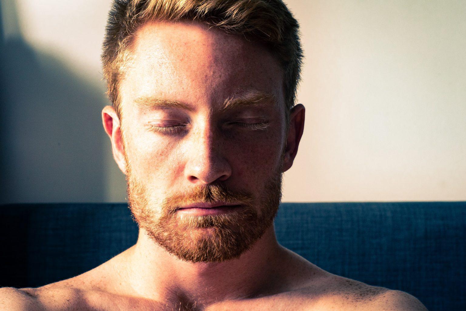 Foto: Mitchell Griest para Unsplash para el post de ejercicio de meditación en sesión.